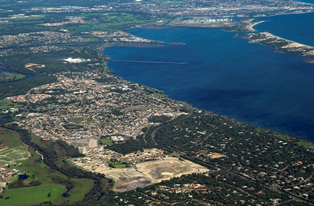 Loss of fringing vegetation and associated pressures from increasing urbanisation along the estuary foreshore (Henderson Photography)